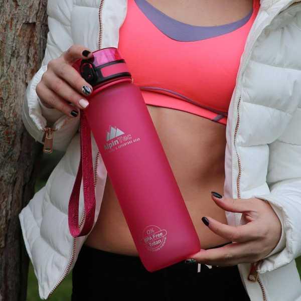 AlpinTec water bottle pagouri girl holding pink1